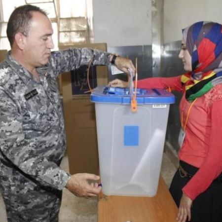 Un policía iraquí introduce su voto en una urna en la ciudad de Kirkuk. Reuters