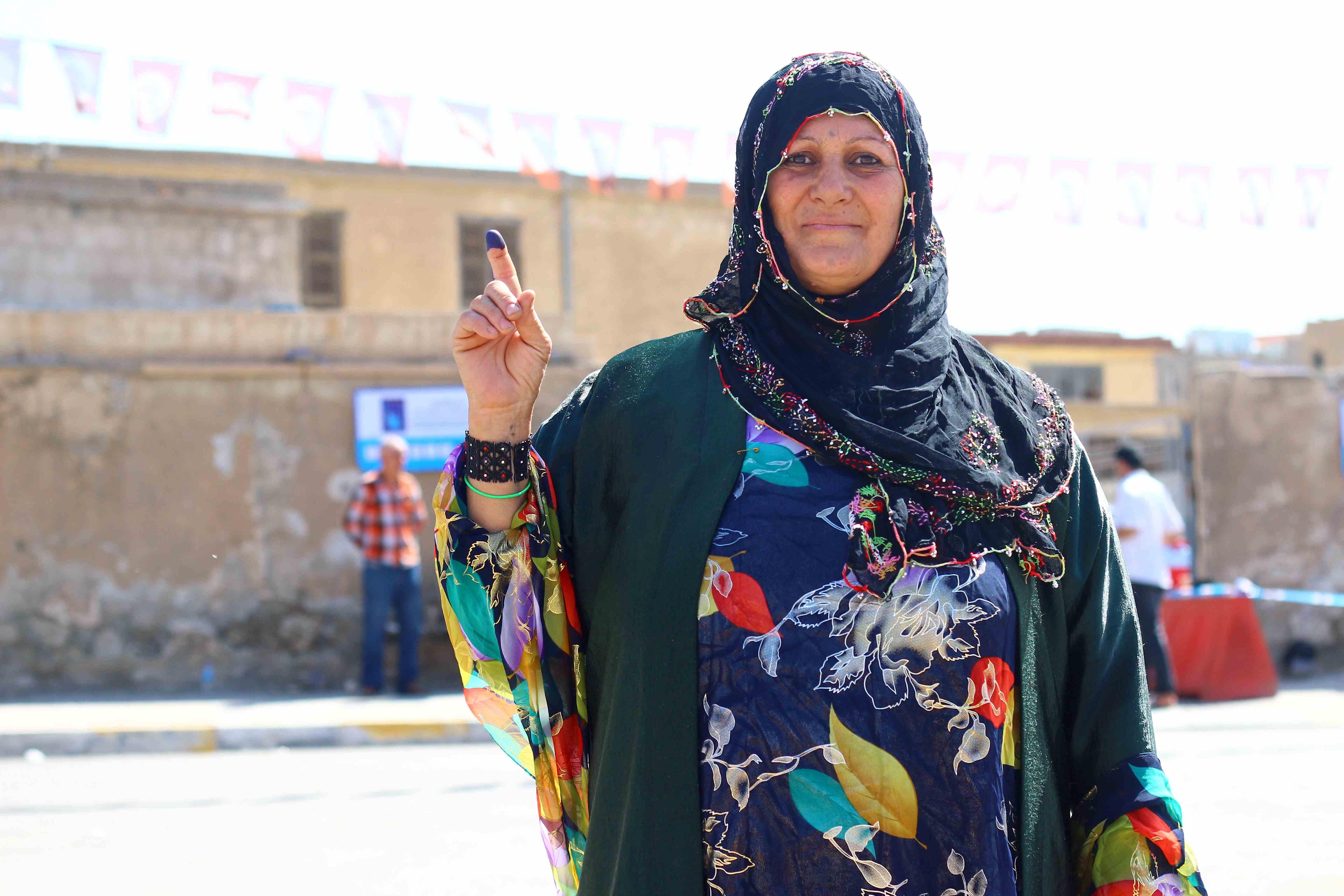 Una mujer muestra su dedo tintado, símbolo de haber votado en las elecciones de Irak (Miguel Fernández-Pablo L. Orosa)