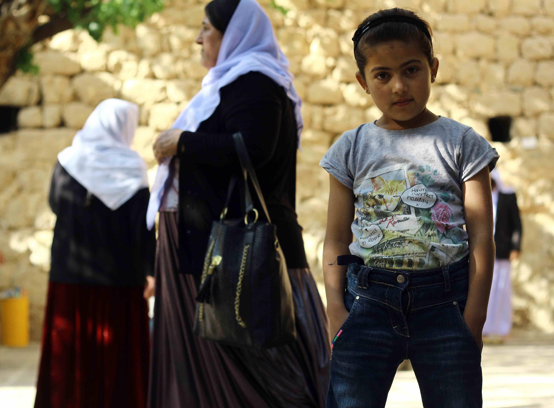 Una joven yazidí visita el templo de Lalish. Todos los yazidíes deben ir al menos una vez en su vida (Miguel Fernández- Pablo L. Orosa) copia