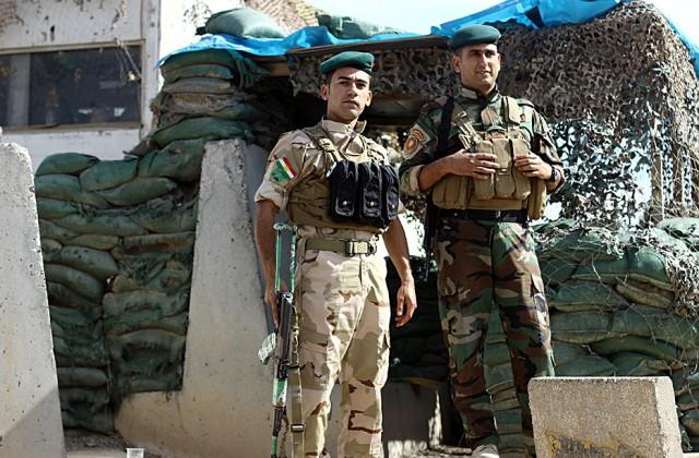 Un-puesto-de-control-con-varios-Peshmerga-a-la-entrada-de-un-edificio-oficial-del-PUK-(Pablo-L)_550_0