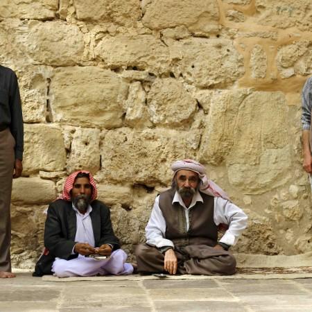 Cuatro yazidíes, en la entrada del templo sagrado de Lalish (Miguel Fernández- Pablo L. Orosa) copia