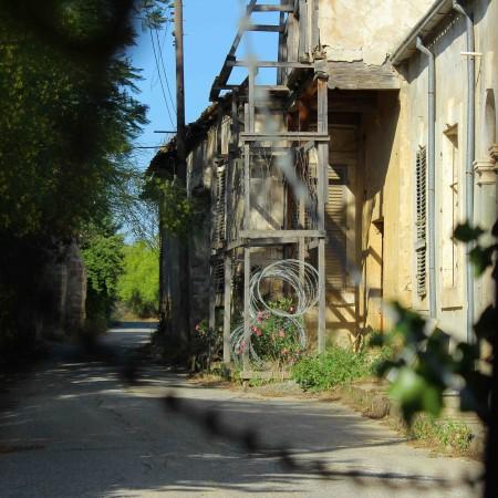 Cientos de casas permanecen abandonadas en la Línea Verde de Nicosia. Esta franja divide la isla en dos y está controlada por la ONU (Pablo L. Orosa - Miguel Fernández) copia