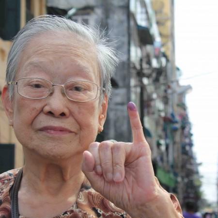 La anciana de las primaveras secuestradas tras votar esta mañana en Yangon (Pablo L. Orosa) copia