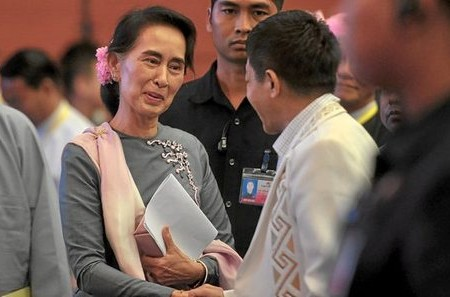 Myanmar's State Counsellor and Foreign Minister Aung San Suu Kyi (L) shakes hands with ethnic rebel leader General Gun Maw (R) from the Kachin Independence Army  (KIA), the military wing of the Kachin Independence Organization (KIO), at the conclusion of the peace conference in Naypyidaw on September 3, 2016. Myanmar's Aung San Suu Kyi concluded a landmark peace summit with ethnic rebels on September 3, calling it the first step on what promises to be a tough road to peace. / AFP PHOTO / AUNG HTET