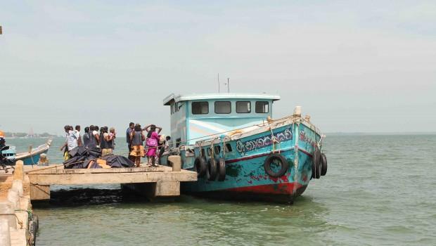 17-al-caer-la-tarde-sobre-las-aguas-verdosas-de-la-bahia-de-palk-los-visitantes-cingaleses-abandonan-la-peninsula-de-jaffna-a-la-carrera-pablo-l-orosa
