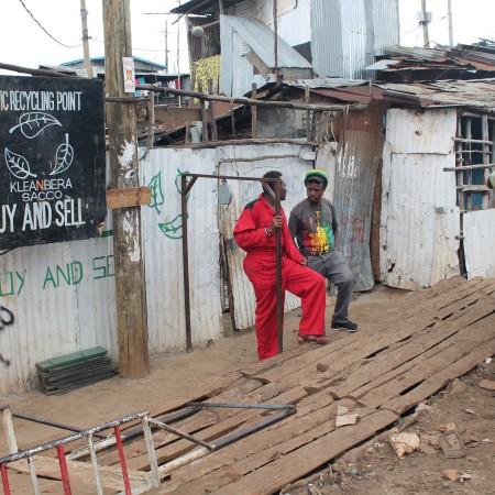 Kleanbera Recycling Point nació hace poco más de un año y ya se ha ganado la compromiso del barrio para participar en su limpieza (Pablo L.Orosa) copia